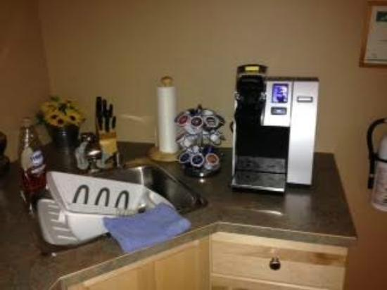 Okanagan Oasis B&B: Shared kitchen and coffee maker
