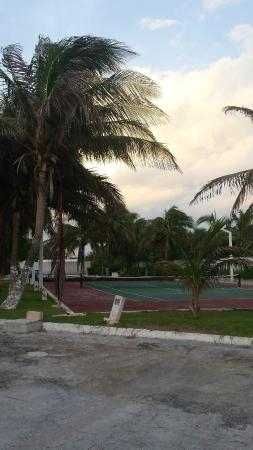 Condominios Carisa y Palma : Tennis court view from the parking lot