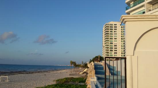 Condominios Carisa y Palma: Access to beach from the building
