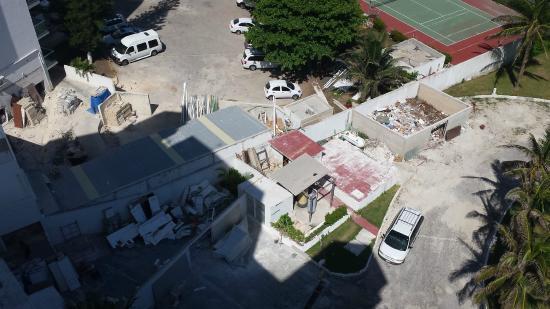 Condominios Carisa y Palma: Trash next to parking lot