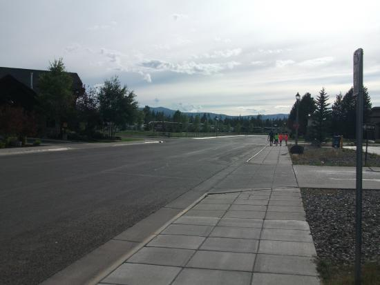 Yellowstone Grizzly RV Park: Walking from town back the RV park.  RV park on right ahead of people walking