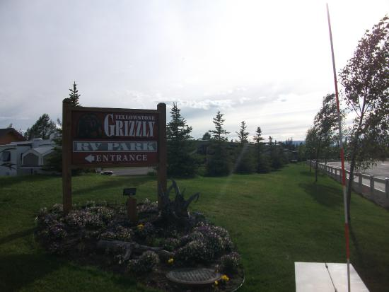 Yellowstone Grizzly RV Park: Sign and view looking from S. Electric Street