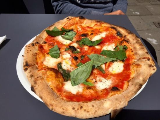 pizza mit b ffelmilch mozzarella bild von pizzeria. Black Bedroom Furniture Sets. Home Design Ideas