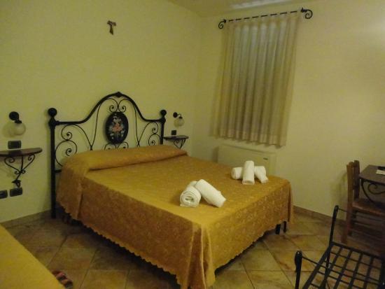 Valle Del Subasio : letto matrimoniale