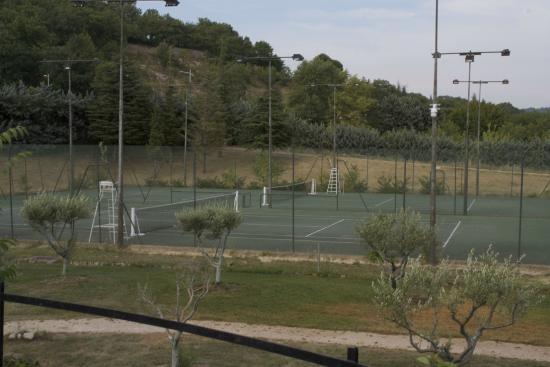 Terrain de tennis picture of castel luberon apt for Dimension d un terrain de tennis