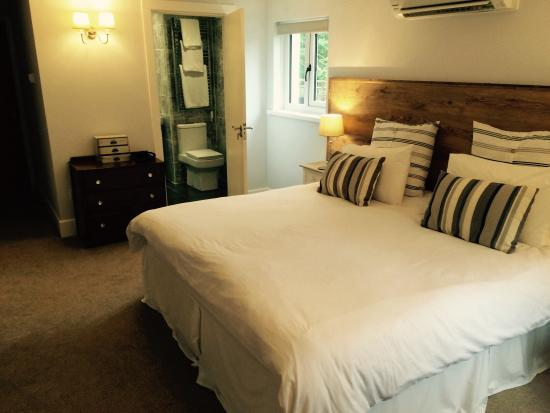 The Mill at Glynhir: Spacious room with large bed