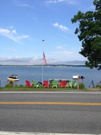 Harren Brook Inn and Lodge: Chairs on the Lake Shore