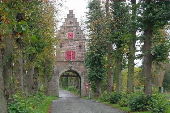 The Castle of Ooidonk: Poortgebouw in de dreef.