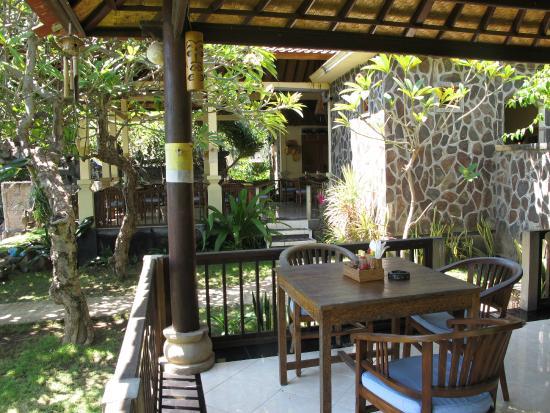 Bali Amed Bungalows: Кафе на пляже, завтраки