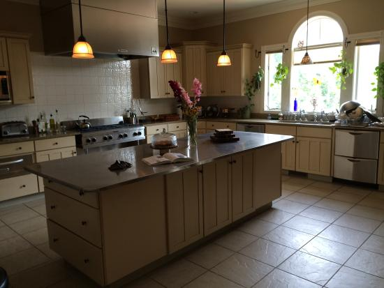 Amber House Bed and Breakfast: The amazing kitchen!