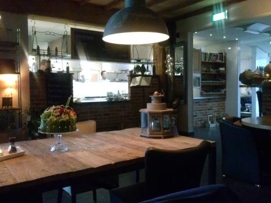 Interieur met zicht op open keuken - Foto van Brasserie de ...