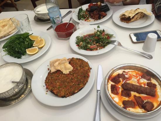Sahinbey, Turquía: 2 kişilik bu mönü 60 lira. Mezeden bile para alması doğu mutfak kültürüne yakışmıyor. Ali nazik