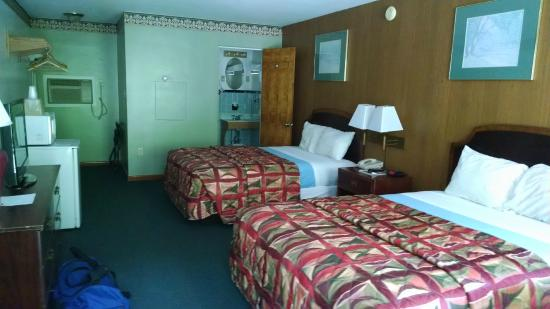 Mahoning Inn: Sleeping area. Two double beds.