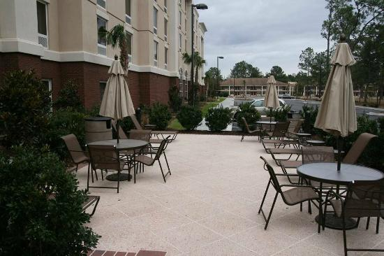 Hampton Inn & Suites Florence-North/I-95: Outdoor Patio Area