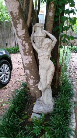 Strickland Arms Bed and Breakfast: statue in parking area