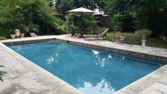 Strickland Arms Bed and Breakfast : backyard pool