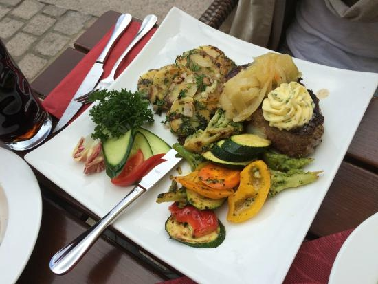 Rumpsteak Mit Kräuterbutter Pfannengemüse Kartoffeln Und Zwiebeln