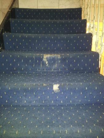 Whiteleaf Hotel: carpets on all stairways we were up 4 flights of stairs & all had holes like these