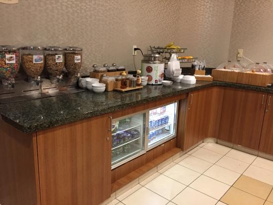 SpringHill Suites Dallas DFW Airport North/Grapevine: Breakfast bar