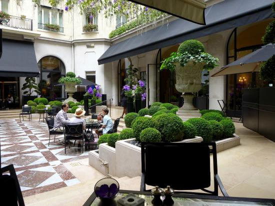 Four Seasons Hotel George V Paris: courtyard dining
