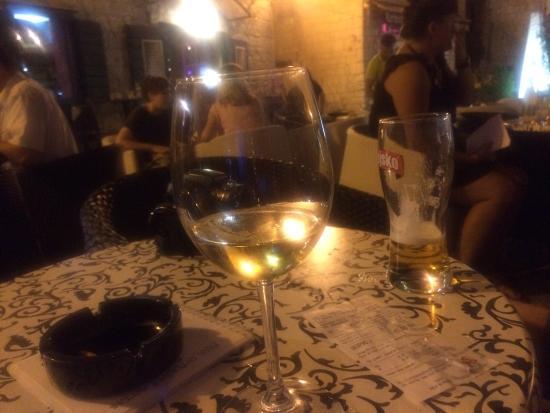 Caffe Bar Smokvica: Malvazija wine + Ozujsko beer = not Grasevina wine + Karlovacko beer