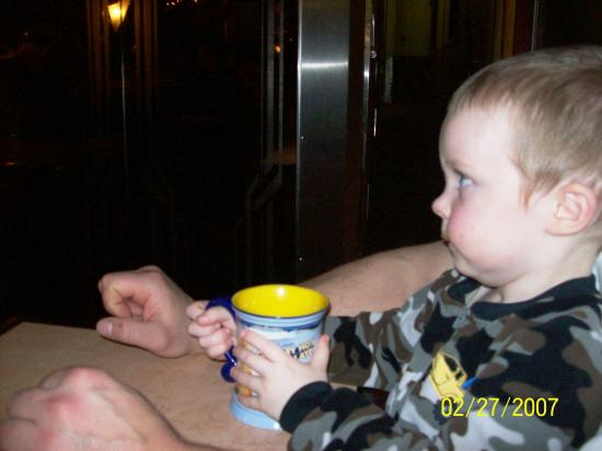 Hood River, Oregón: Grandson listening,raptly,to the story while on the Polar Express Excursion on the Mt.Hood Railr