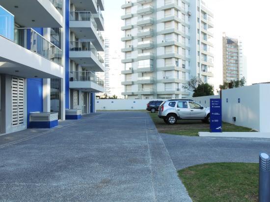Arenas del Mar Apartments: Estacionamiento exterior y entrada al edificio