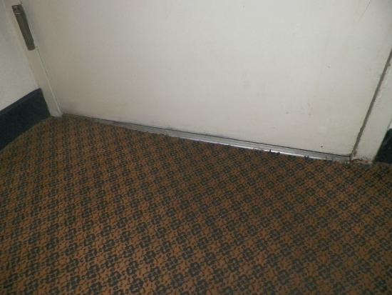Clarion Inn Columbia-Airport: Gap in the bottom of the door letting heat and daylight in