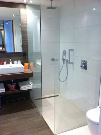 fijne badkamer met bad en douche - picture of van der valk hotel, Badkamer