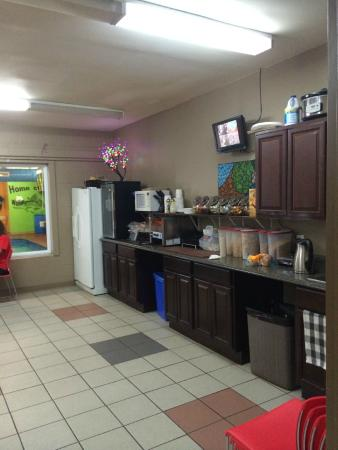 Wave Hotel and Fitness Center: Free breakfast area