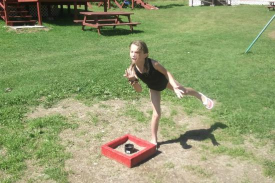 Traytown, Kanada: playing horse shoes is a laugh