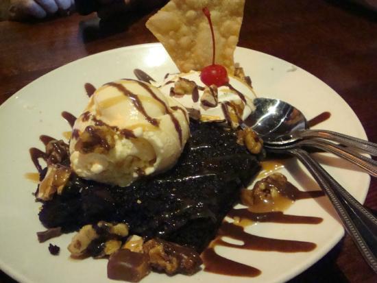 Houlihan's: Ice cream , brownie, carmel sundae