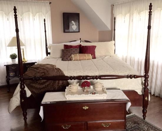 Above the Bay at Thornton Adams Bed and Breakfast: Guest Room