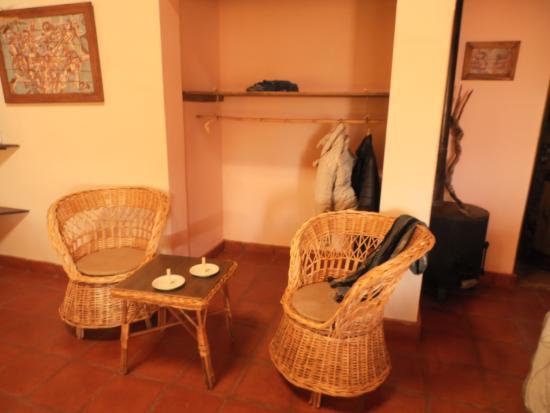 Hotel Paris-Texas: Mesita y sillas y espacio para colgar camperas