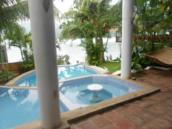 Dolphinbay Beachfront  & Dive Resort: Swimmingpool with Children pool and jacuzzi
