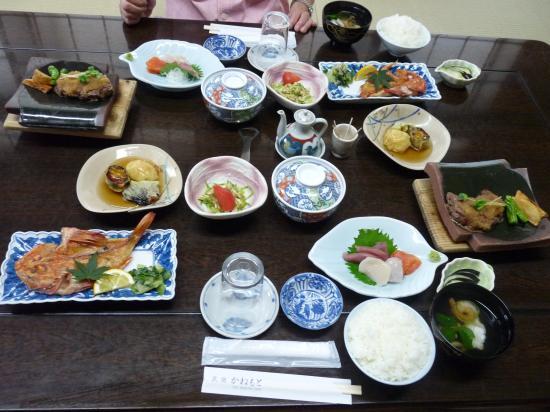 Minshuku Kanemoto: 2015年7月宿泊時の夕食です。 品数が多く 美味しい。