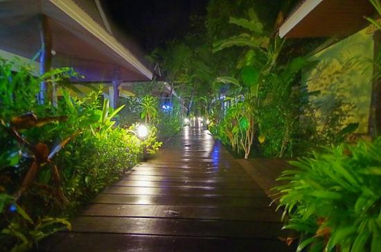 Sunda Resort: 夜のコテージ