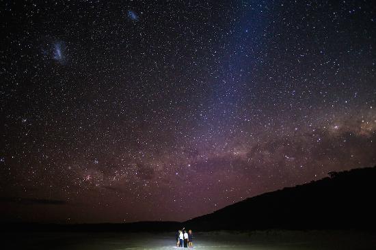 Freycinet Experience Walk Friendly Beaches Lodge: At night at Friendly Beaches Lodge