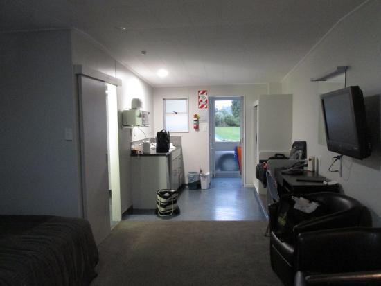 Ascot Park Hotel: Kitchen area/enclosed porch entry