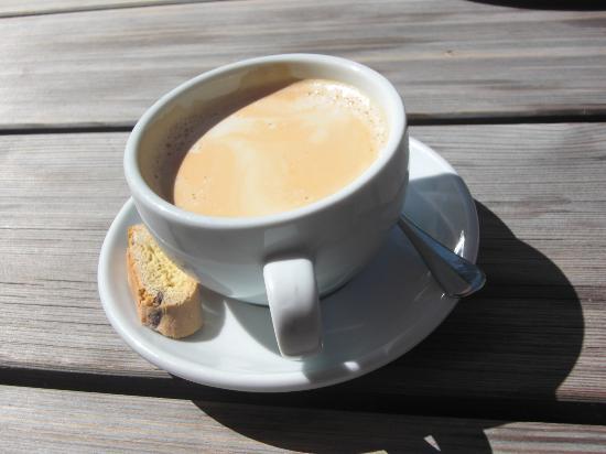 Engadine: Fexホテルのカフェのテラスでカフェオレをオ-ダ-、大きなカップでたっぷり