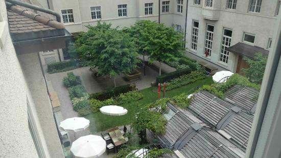 Hotel Glockenhof: From our room looking onto the garden.