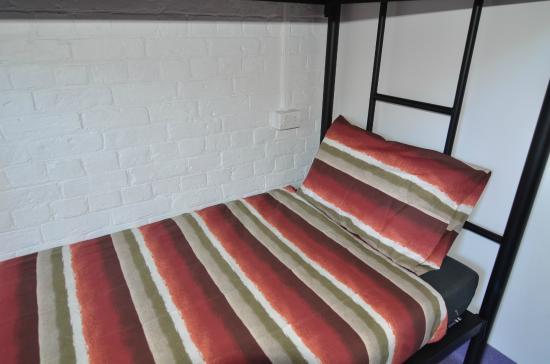 โฮบาร์ท แอคคอมมอนเดชั่น & โฮสเทล: power point next to beds on dormitories