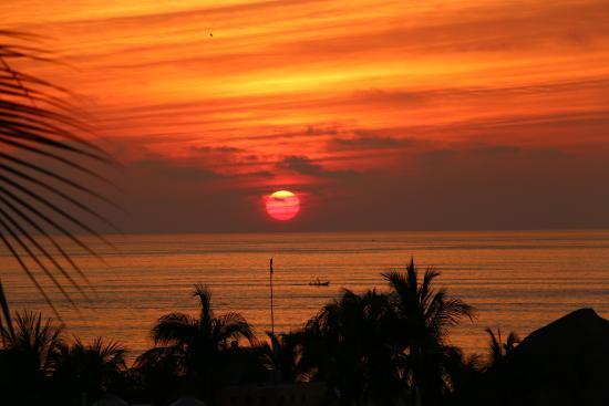 Punta Esmeralda Hotel & Suites : puesta de sol desde mi habitacion