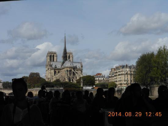 Paris, Frankrig: セーヌ川クルーズ船からのノートルダム寺院