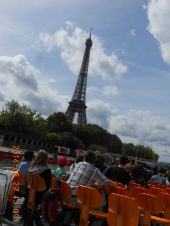 Paris, Frankrig: セーヌ川クルーズ船からのエッフェル塔
