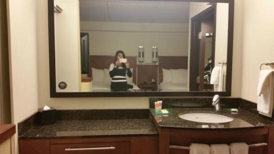 Hyatt Place Dublin/Pleasanton: sink and mirror