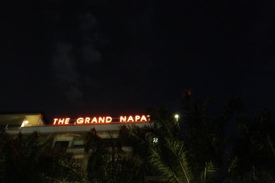 เดอะ แกรนด์ ณภัทร เซอร์วิส อพาร์ทเมนท์: The Grand Napat at night