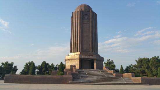 Nizami Ganjavi Mausoleum : Dış görünüm.