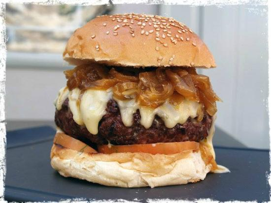 Lo de Vito : Hamburguesa gourmet. 200 gramos de carne de buey, queso de cabra y cebolla caramelizada