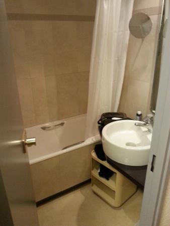 Resideal Antibes: the bathroom.. kinda depressing